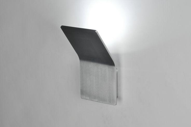 Artikel 71330 [LED] Strak en bijzonder functioneel. Deze design-wandlamp bestaat slechts uit één plaat in licht gebogen vorm. Door de licht gebogen vorm ontstaat er een ruimte tussen de muur en het armatuur. Precies hiertussen schijnt het licht waardoor een bijzonder fraaie lichtverdeling ontstaat, zonder dat u last heeft van hinderlijke inkijk. Dit armatuur is gemaakt van vol aluminium. http://www.rietveldlicht.nl/artikel/wandlamp-71330-modern-design-geschuurd_aluminium-rechthoekig