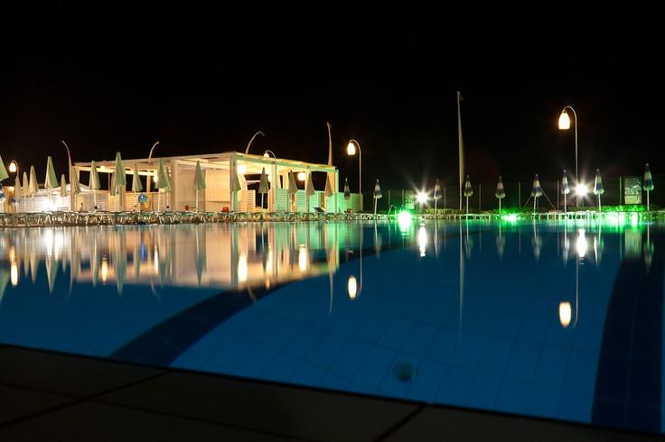 visione notturna della piscina