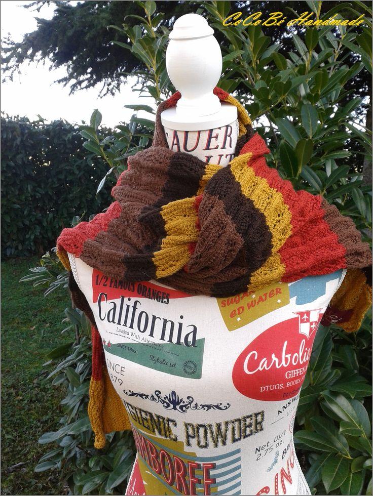 Sciarpa autunnale in lana perlata d'Australia, 100% pura lana vergine, realizzata nei colori autunnali. Bordo con ali traforate. Larghezza circa 50 cm. Lunghezza 142 cm circa.