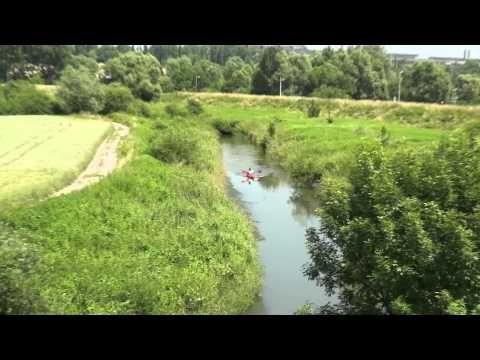 Spływ Kajakowy Dłubnią (Nowa Huta) Nowa Huta to nie tylko socrealizm i idealne miasto Polski Ludowej. To również dzika przyroda. Zapraszamy wszystkich chętnych na zwiedzanie Nowej Huty z wysokości kajaka spływając nowohucką rzeką Dłubnią.