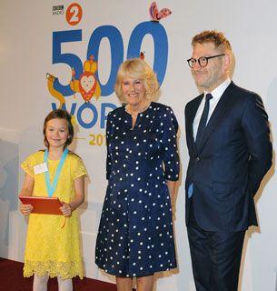 Герцогиня Корнуолла и Кеннет Брана с золотой медалью победителя на финал вот bbc2 500 слов конкурсе в Сент-джеймсского Дворца, Лондон