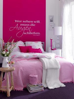 Ein breiter Farbstreifen in Orchidee hinter dem Bett gibt optischen Halt und sorgt für Geborgenheit. Wandtattoos gibt es nach Belieben im Internet.