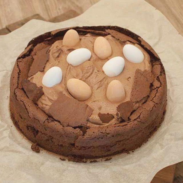 Deze glutenvrije paastaart met chocola is hemels. Het duurt even, maar dan heb je wel wat. Makkelijk om te maken en superlekker!