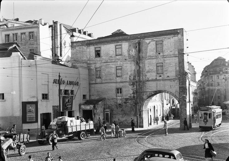 Lisboa, Portugal Arco do Marquês do Alegrete. Imagem semelhante à exposta na Exposição Lisboa na Gravura de Madeira (Lisboa, 1949). Fotógrafo: Estúdio Mário Novais. Data aproximada de produção da fotografia: posterior a 1946.