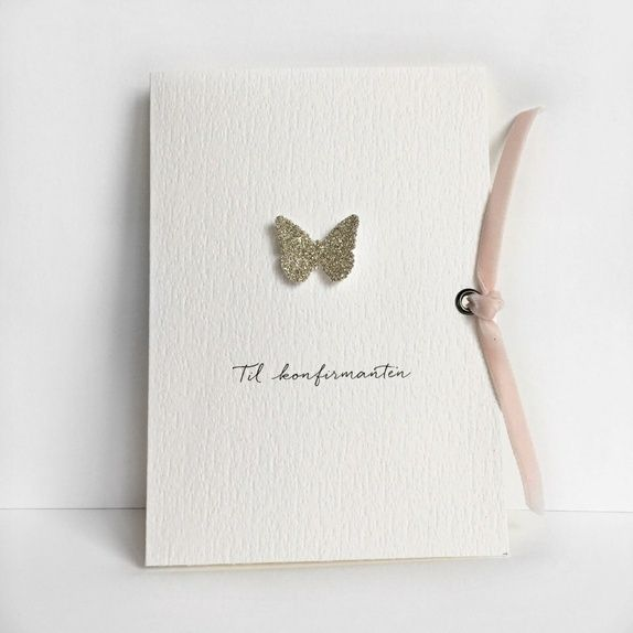 """Konfirmasjonskort til jente med håndlaget sommerfugl i sølv og rosa fløyelsbånd. """"Til konfirmanten"""" er trykt på."""