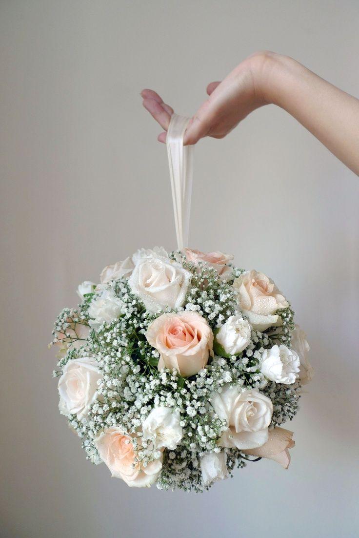 Bouquet de novia muy romántico, compuesto de rosas y de un lazo para mayor comodidad