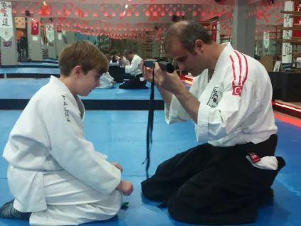 Öğrencilerimize , Aikido eğitimi sırasında kara kuşağa doğru ilerledikçe , Liderlik Becerileri, Başarı İlkeleri ve Stratejileri eğitimi, ve çok daha fazlasını sunuyoruz.