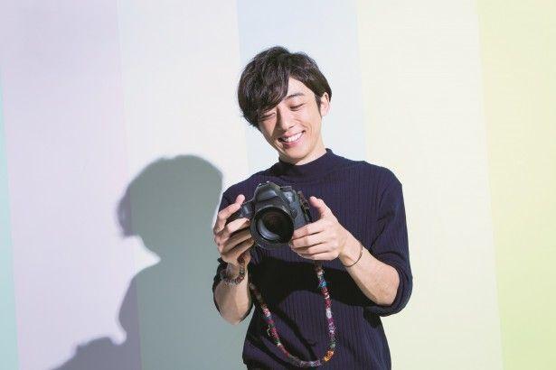 【ザテレビジョン芸能ニュース!】画像:【写真を見る】満面の笑顔を浮かべる高橋一生の視線の先には…?