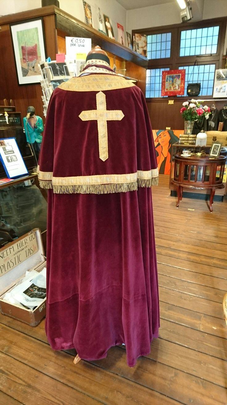 Pak Sint Nicolaas. €150. Je krijgt: witte onderjurk, rode velours cape, rode mijter, banden voor om de hals.