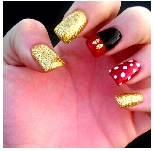 Mickey Mouse nails ... I think I'll wear a Nail-Costume this year and make some press-ons!