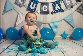 Cake smash fotoshoot babyboy boy jongen met naamslinger van www.dekleineauto.nl #cakesmash #photoshoot #babyboy