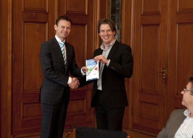 Boekje 'Uitvoeren naar vermogen' 1 dec. '11 gepresenteerd aan Rotterdamse wethouder Marco Florijn