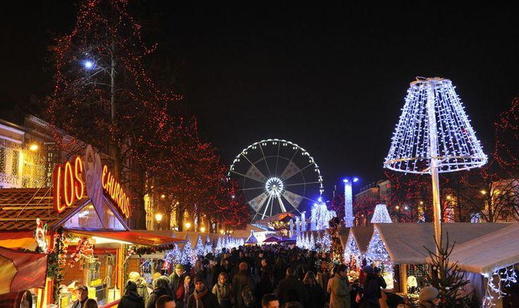Elk jaar wordt Brussel omgetoverd tot één grote kerstmarkt. Met zijn vele lichtjes, kraampjes, jenever, glühwein en gezellige kerstsfeer is de kerstmarkt zeker de moeite waard!