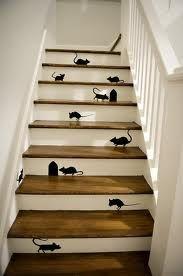 Een kleine muis met klompjes.. nee t'is geen grap.. 't ging van klip klippedieklap.. enz.   Dag schoonmoeder..;-)
