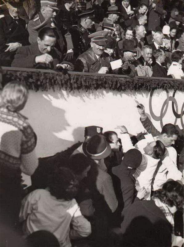 Hitler y Joseph Goebbels firman autógrafos durante los Juegos Olímpicos, 1936.