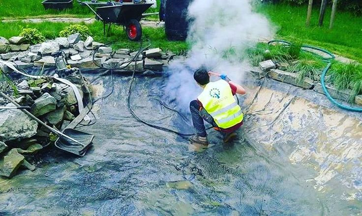 Po wieloletnim uzytkowaniu, nie wystarczy wymienić jedynie wodę w oczku wodnym.Przez ten czas warstwa glonów i brudu narasta bardzo szybko dlatego najskuteczniejszà metodą na wyczyszczenie zbiornika jest uzycie cisnieniowej myjni parowej. #greentar #tarnow #krakow #polska #rzeszow #debica #ogrod #oczkowodne #oczko #praca #ogrodnictwo #garden #gardening #nature #cleaning #wiosna #lato #outdoors #plants #projekt #ogrodu #vscocam #instadaily #rosliny #renowacja