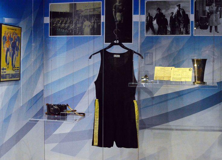 """Mies mustassa juoksuasussaan rikkoi maailmanennätyksiä ja juoksi sinivalkoisessa asussa Suomen lippu rinnassaan lukuisiin olympiavoittoihin. Hän oli """"Juoksijoiden kuningas"""" ja """"Lentävä suomalainen"""". Hän oli Paavo Nurmi."""