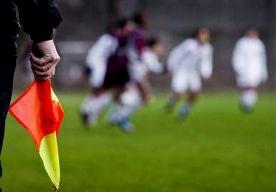 8-Apr-2013 9:45 - OPNIEUW GEWELD BIJ AMSTERDAMS AMATEURVOETBAL. Zondag zijn er bij een wedstrijd tussen de Amsterdamse clubs FIT en Seref Spor twee spelers mishandeld. Dat meldt FIT op hun website. Een speler