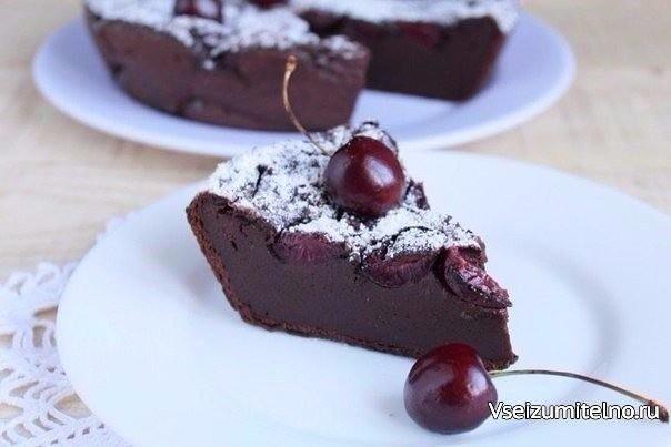 Шоколадный клафути с черешней   Клафути – это классический французский десерт (фр. clafoutis, от окс. clafir — наполнять). Представляет собой нечто среднее между запеканкой, пирогом и пудингом. Свежие ягоды (в классическом варианте это вишня) заливаются жидким тестом и выпекаются. Также существуют яблочный, грушевый, абрикосовый, сливовый и другие варианты клафути. В этом случае фрукты нужно нарезать размером с вишню. Предлагаю рецепт шоколадного клафути с черешней, приготовление которого не…
