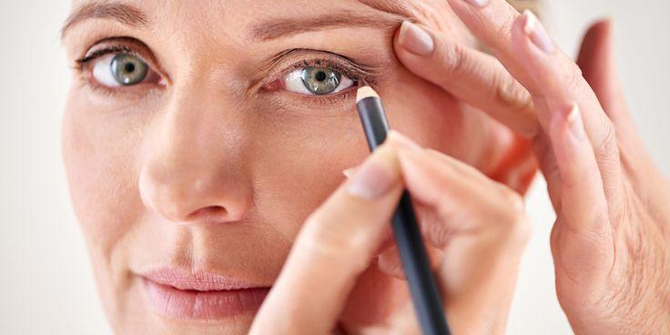 Voor wie geen vaste hand heeft maar bibbervingers: dit eyeliner-trucje is de oplossing. Moeilijk is het niet. Hoogstens een beetje vreemd...