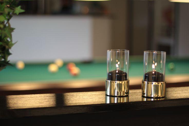 La lámpara de mesa Star Claro se puede completar con una funda para cubrir el recambio de parafina líquida y así embellecer la lámpara.  Las fundas están disponibles actualmente en los colores negro, blanco y plateado.