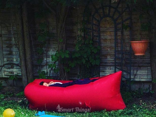 Sieste dans le jardin dans un hamac gonflable