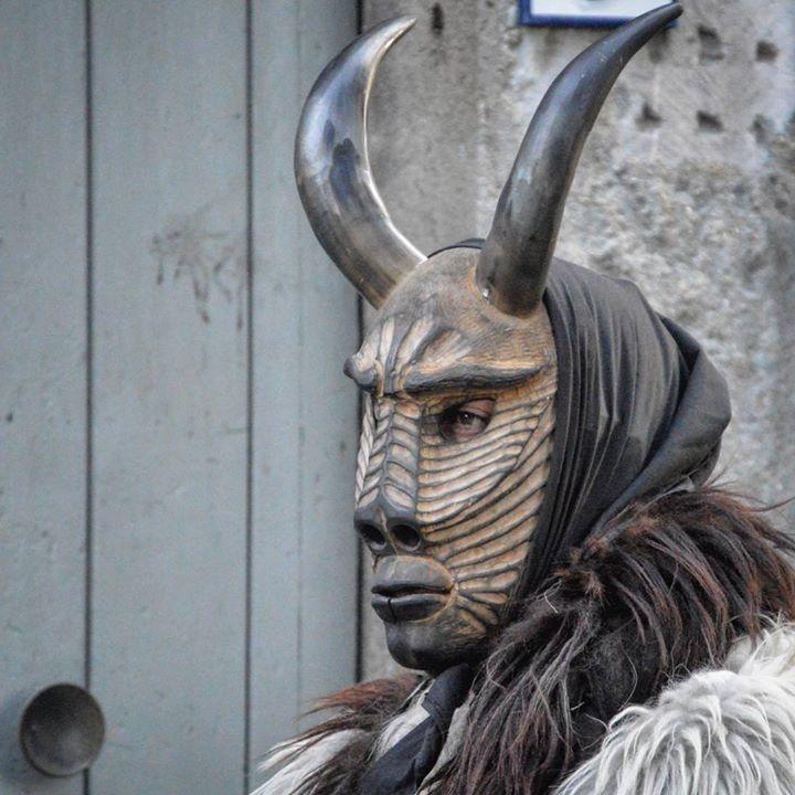 by http://ift.tt/1OJSkeg - Sardegna turismo by italylandscape.com #traveloffers #holiday | Ritus Calendarum Neoneli Is Scruzzonis Siurgus Donigala. Questa maschera rappresenta un mostro che in genere viene identificato in un serpente infatti sfilano mimandolo. Indossano una maschera in legno o sughero lana di pecora bianca e campanelli sulla schiena…