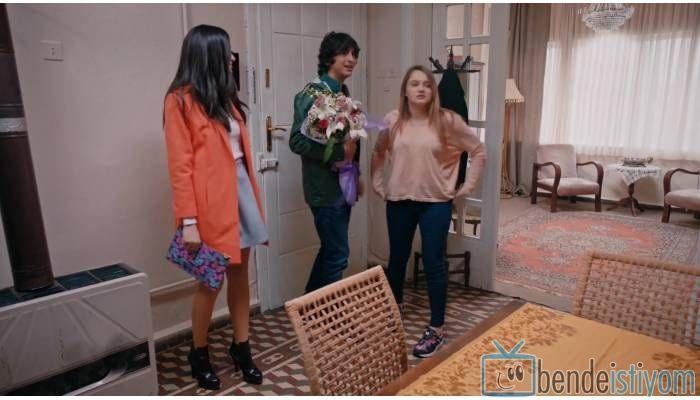 Star TV yayınlanan Medcezir dizisinde  Eylül Buluter karakterini canlandıran Hazar Ergüclü'nün, 66. bölümünde taktığı kelebek desenli çanta
