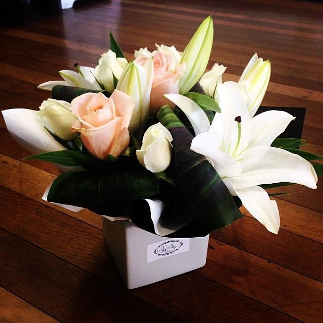 Premium Ceramic.. White Oriental Lily Peach Rose White Rose