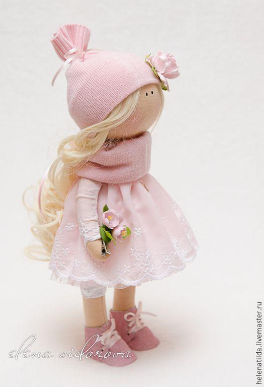 Купить или заказать Бэлла в интернет-магазине на Ярмарке Мастеров. Нежная малышка, украсит ваш интерьер и станет отличным подарком! Одета в нежное хлопковое платье из красивейшего шитья! Внизу, подъюбник из очень нежного и приятного кружева. Под платьем, кружевные лосинчики. На ножках, замшевые ботиночки. На голове - шапочка из кашемирового трикотажа! Куколка держит в ручках, цветочки из полимерной глины. Цветочки можно снимать и использовать к…
