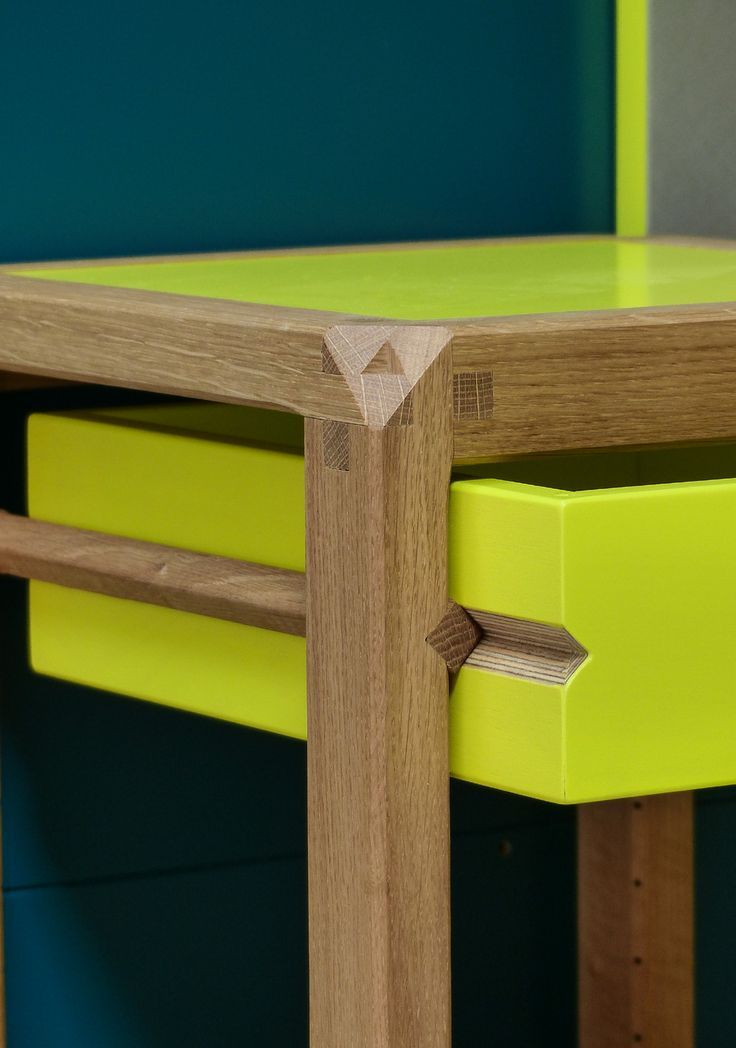 Brilliant drawer design, and beautiful color combo: wood and neon green. bel dettaglio dei cassetti e accostamento di colori: legno e verde acido. #details #drawers