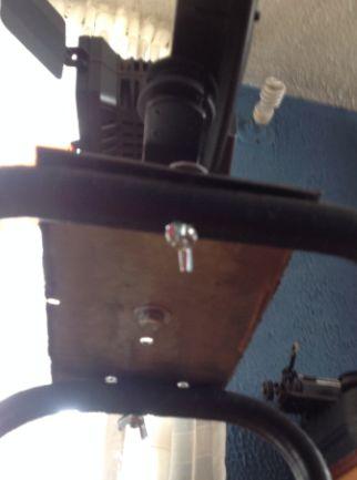 Desde el centro y los extremos se une el accesorio con la mesa y la lámina