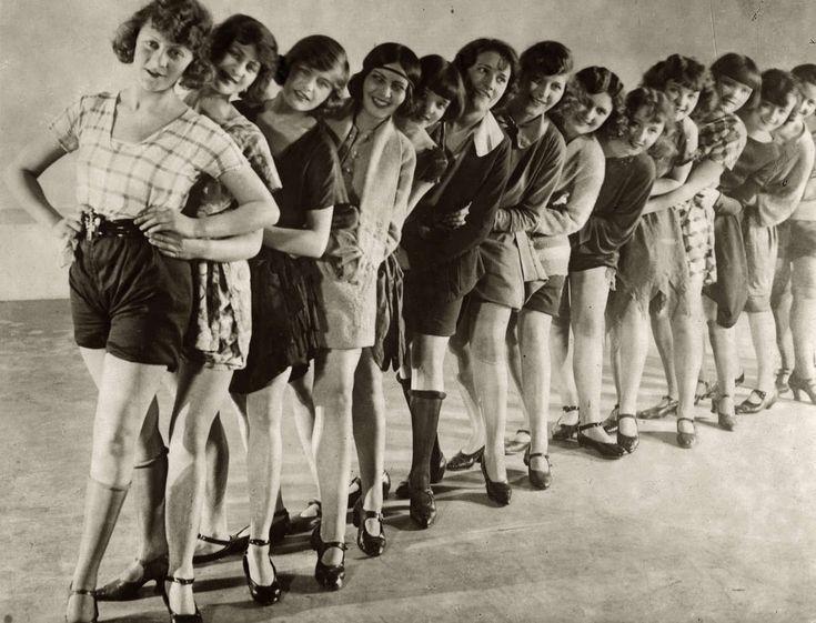 Mooie vrouwen. Balletgroep/dansgroep/corps de ballet samengesteld uit de mooiste Engelse vrouwen. Zij zullen optreden in het Times Square Theatre in New York. Foto: de dansgroep voor vertrek in 1924.