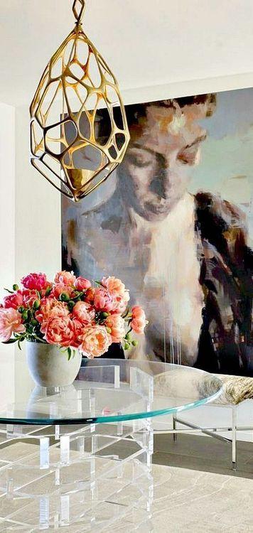 sala decorada com quadro grande, quadro gigante na decoração, mesa de vidro com pés de vidro