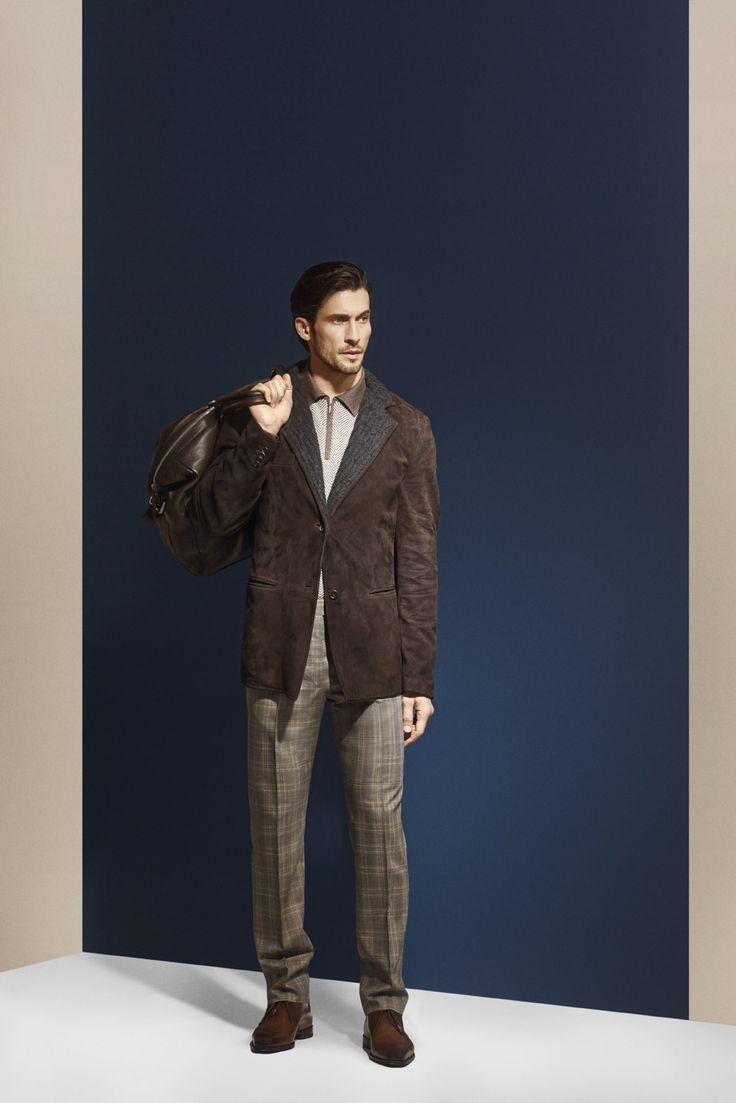 Veste deux boutons en cuir de renne chocolat avec deux poches passepoilées.  Photographe : Alexis Armanet Mannequin : Alban Rassier