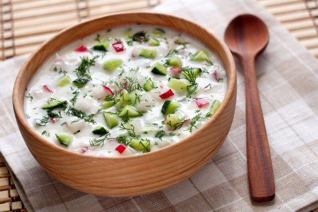 5 самых вкусных холодных супов  1. Окрошка  Идея этого супа очень проста - мелко нарезать свежие овощи и залить холодной жидкостью. Даже варить его не нужно! Потому и назвали блюдо «окрошка» - от глагола «крошить».  Традиционной основой этого супа считается квас, но для гастрономического разнообразия можно также использовать кефир, кислое молоко, йогурт, минеральную воду, сыворотку и воду с уксусом. Еще один нюанс: колбасу можно заменить отварным мясом.  Вам понадобится: Яйцо — 5 шт Квас…