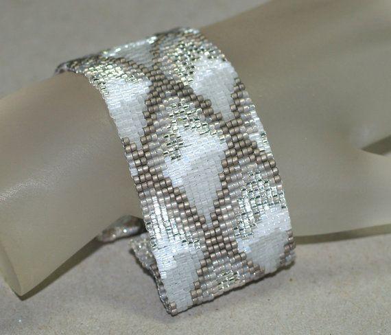 Écailles de Dragon, glace en hiver... Bracelet Peyote. Crystal. Pearl. Acier au carbone. White. Neige. Gray. Brillant. Briller. Sparkle