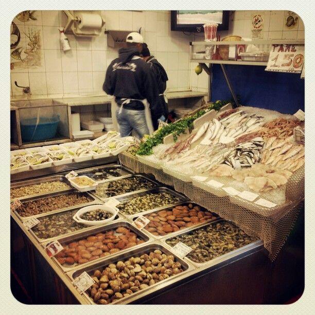 Aperitivo in pescheria | Appetizer at fish market #motoavventure #Italy #Sicily #Catania #food www.motoavventure.it
