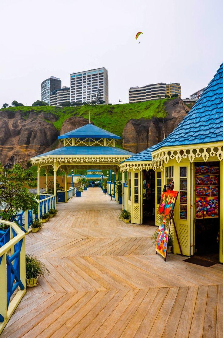 Muelle Tiendas, Miraflores , Lima , Perú . Miraflores es un distrito de la provincia de Lima conocido por sus zonas comerciales, jardines , parques y playas llenas de flores .