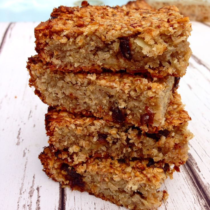 flapjack / 2 cups oats 2 very ripe bananas 1/2 cup melted coconut oil (I used Coconut Merchant coconut oil) 2 tbsp rice syrup or raw honey 1 tsp cinnamon 1 tsp vanilla extract 1/3 cup raisins 1/4 cup sliced almonds Method: