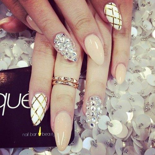 Preciosas uñas decoradas con diseños variadas, uña blanca con líneas doradas cruzadas, uñas grises con perlas cristalinas, y en beige.