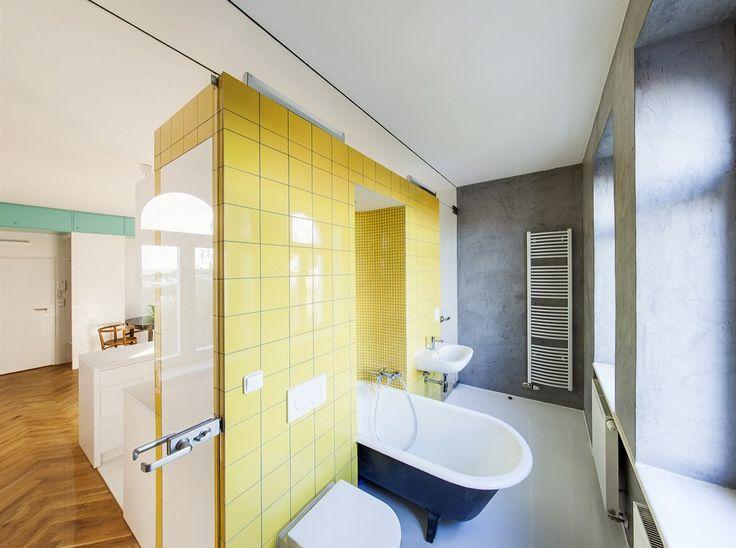 Z původního vybavení zůstala zachována i původní samostatně stojící litinová oválná vana, která se po zrestaurování stala výrazným solitérem koupelny.