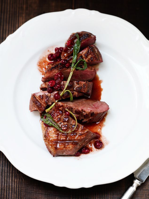 Eendenborst met cranberry-jus en salie
