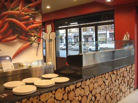 Ristorante, pizzeria, grill. Ambiente informale ma molto caldo, accogliente ed elegante.