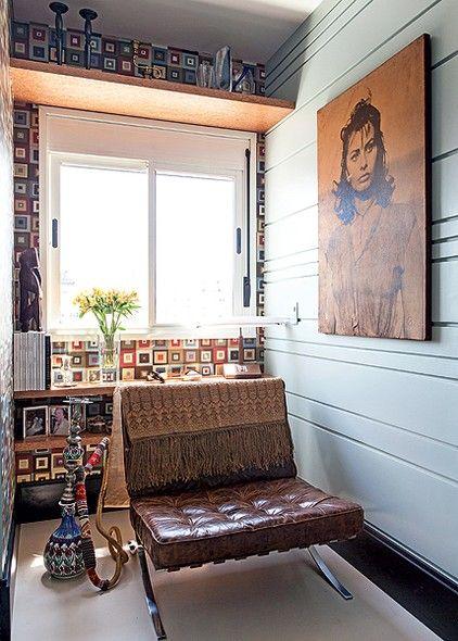 Em apartamentos pequenos como o da interior stylist Melany Kuperman, de 50 m², todos os cantinhos precisam ser aproveitados. Ela criou uma prateleira sobre a janela para guardar castiçais e vasos