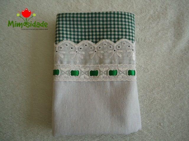 Tecidos em 100% algodão (não é sacaria, é tecido de algodão). Tamanho: 63cm X 44cm.Tecido de destaque quadradinhos verde, com bico de renda e entremeio com fita de cetim conforme o tecido de fundo. O pano tem acabamento nas laterais com o mesmo tecido em destaque. São mimosos que dá gosto!