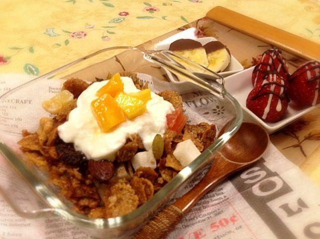 前から作ってみたかった、麻紀子さんの自家製グラノーラ トロピカルドライフルーツミックスとトッピングのマンゴーで、トロピカルバージョンに さらに、ケーキ作りで残ってたクランブルやらキャラメルクランチやら、いろいろてんこ盛りです。  オーブンで焼いている時からいい匂い! 普段シリアルを食べない夫が、「美味しそうだな〜」って✨  麻紀子さ〜ん、ほんとに美味しかったです 朝ごはんだけでなく、キャラメルプリンなんかのトッピングにも使えそう! 美味しいレシピをありがとうございました - 128件のもぐもぐ - 朝ごはん  MakiHiroさんの自家製グラノーラ  トロピカルバージョン by メイスイ