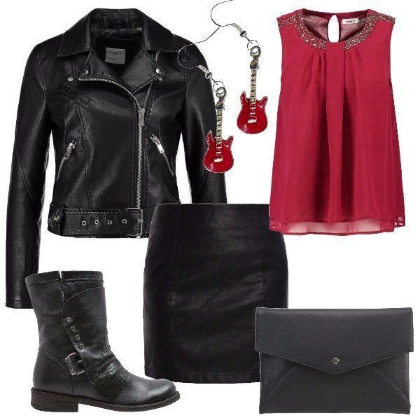 Minigonna aderente in finta pelle nera abbinata ad una camicetta con scollo tondo di colore rosso scuro e giacchetto nero stile chiodo. Stivaletto biker con borchie e fibbia. Per completare il look orecchini rossi in perfetto stile rock e pochette nera.