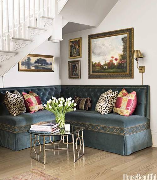 Угловая скамья - дальний родственник наших кухонных диванчиков.