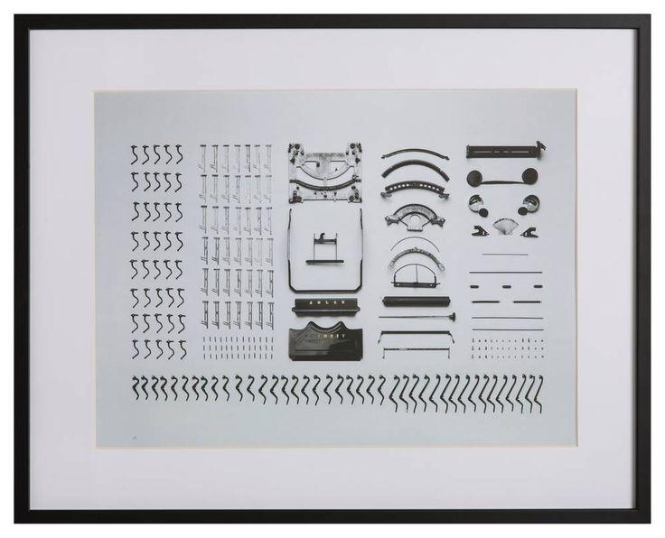 Een geweldige foto van een uit elkaar gehaalde ouderwetse typemachine, een creatie van kunstenaar en fotograaf Florian Klauer. Het word op hoge kwaliteit geprin